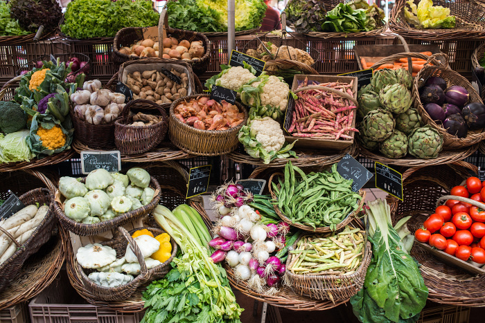 Seasonal produce at a food and vegetable market in the Dordogne © Ivoha - Shutterstock